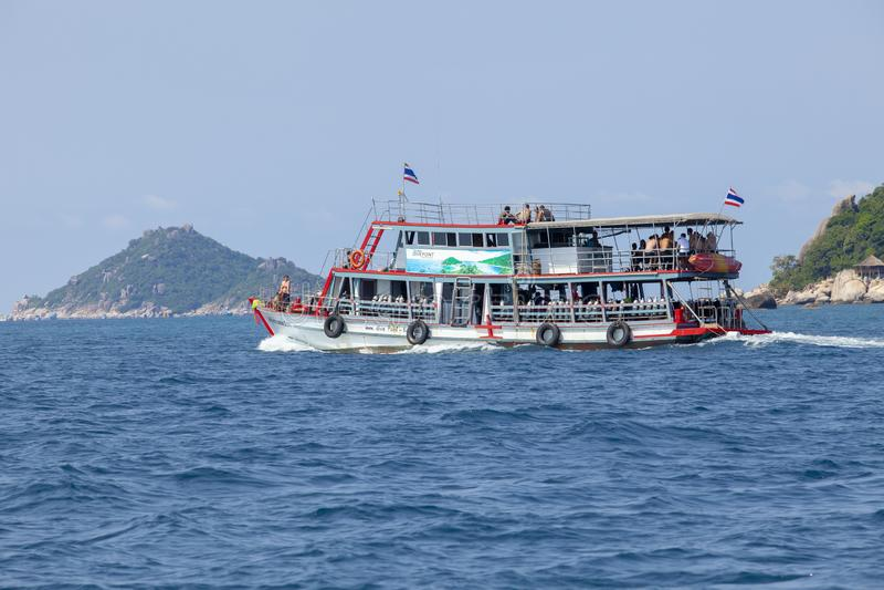 酸值陶surathani泰国- march7,2018:佩戴水肺的潜水小船蟒蛇 库存照片