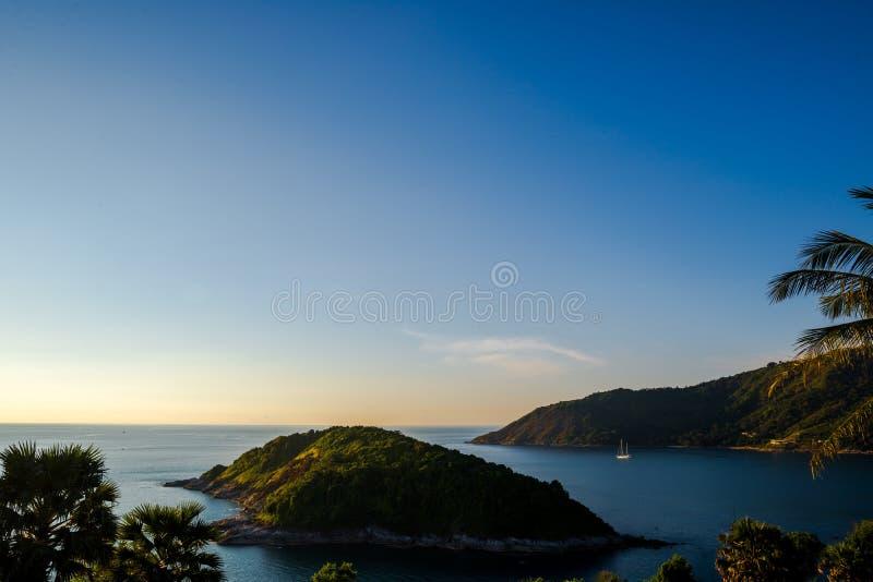 酸值Keaw亚伊从Leam PromThep海角和海的海岛视图有游艇的在普吉岛 库存照片