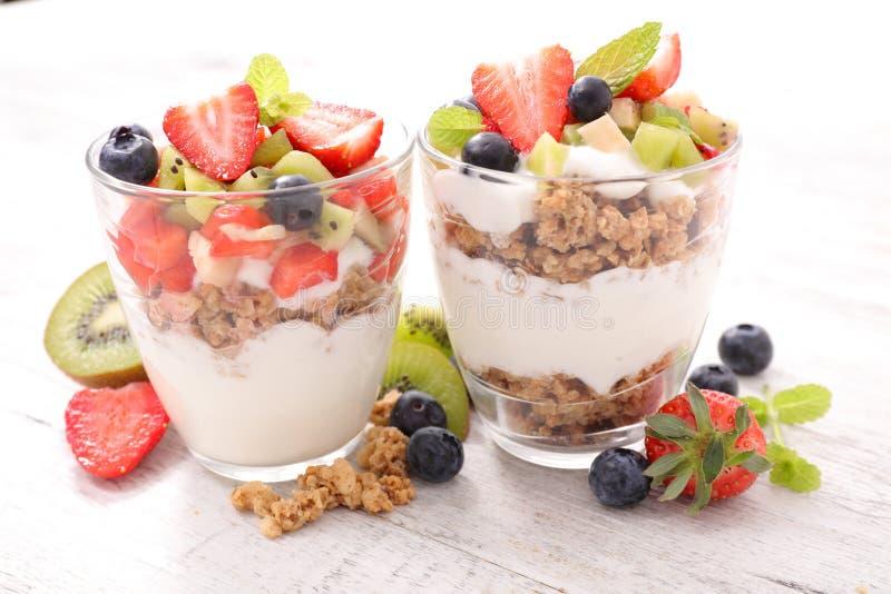 酸奶、muesli和果子 免版税图库摄影