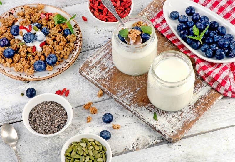 酸奶、muesli和莓果 免版税库存照片