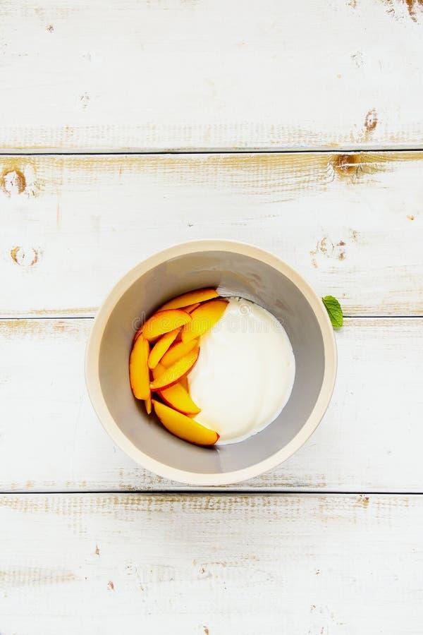 酸奶和桃子 免版税库存照片