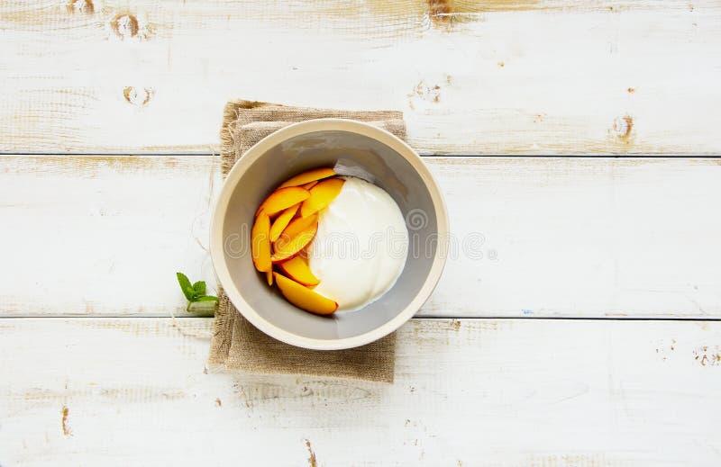 酸奶和桃子 免版税图库摄影