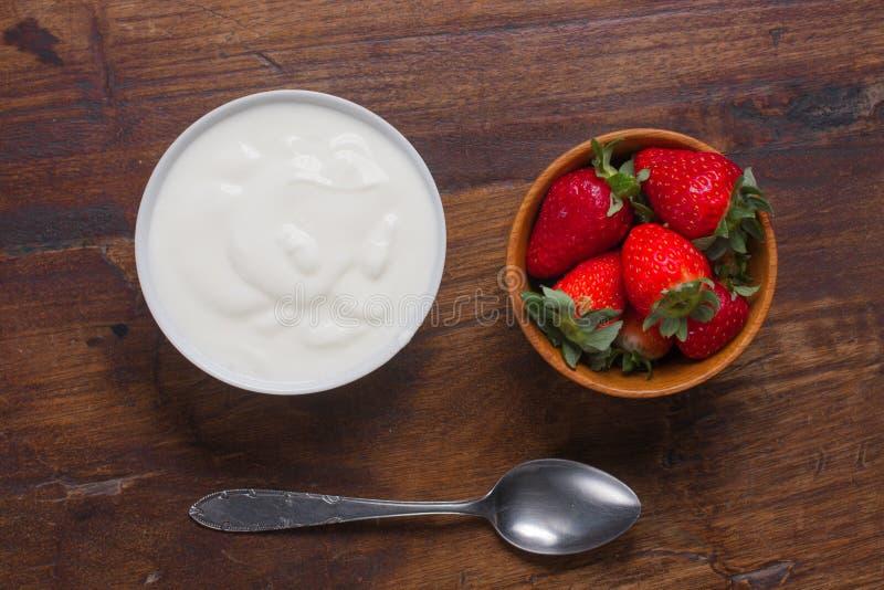酸奶和草莓 免版税图库摄影