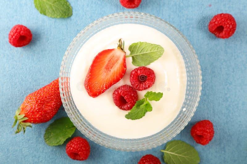 酸奶和莓果 免版税库存图片