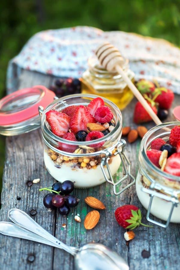 酸奶和muesli用莓果在桌,选择聚焦上 库存照片