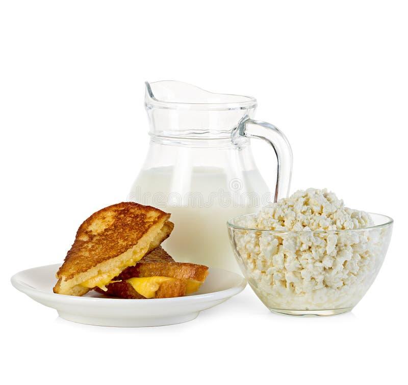 酸奶干酪、水罐牛奶和三明治 免版税库存照片