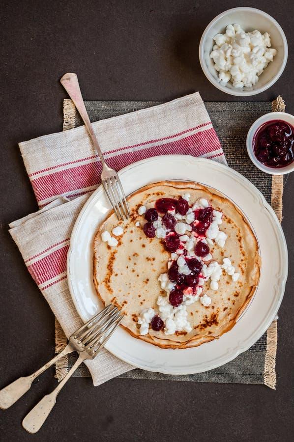 酸奶干酪和蔓越桔果酱绉纱 免版税图库摄影