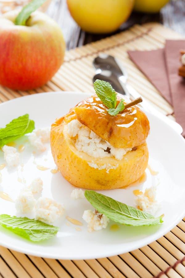 酸奶干酪在苹果烘烤了用蜂蜜糖浆 库存图片
