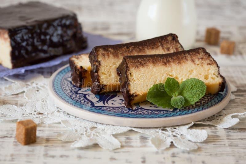 酸奶干酪砂锅用巧克力 乳酪蛋糕利沃夫州 Ukrai 免版税库存图片