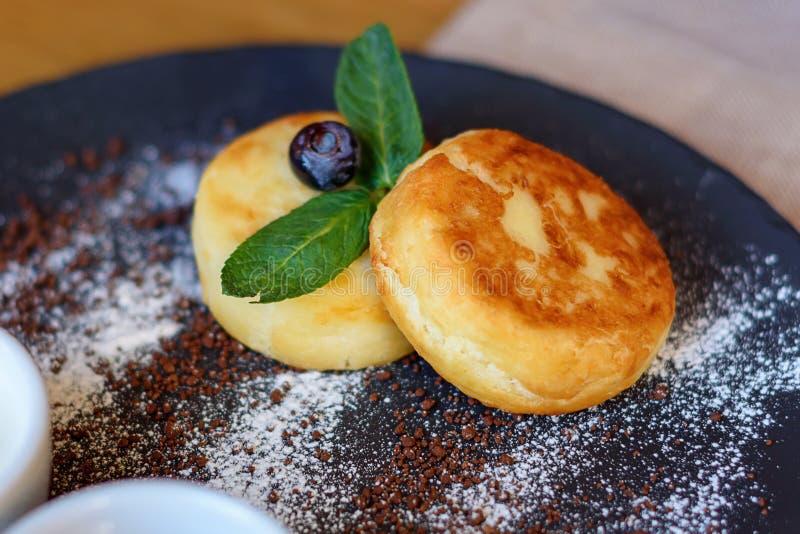 酸奶干酪薄煎饼用蓝莓和薄菏早餐或午餐的 免版税库存照片