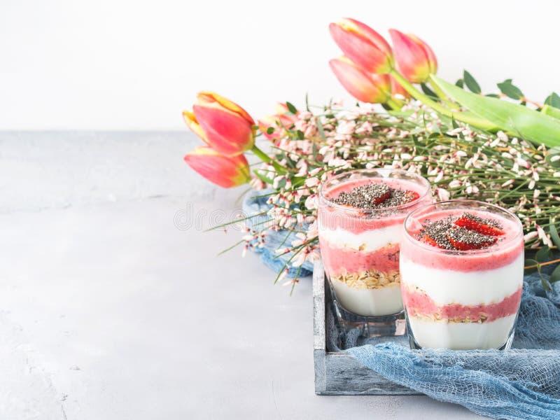 酸奶草莓鲜果甜冻用燕麦片 免版税库存图片