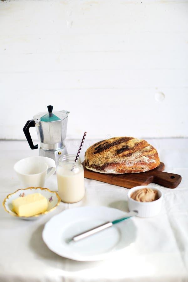 酸面团、杏仁牛奶和黄油简单的早餐  图库摄影