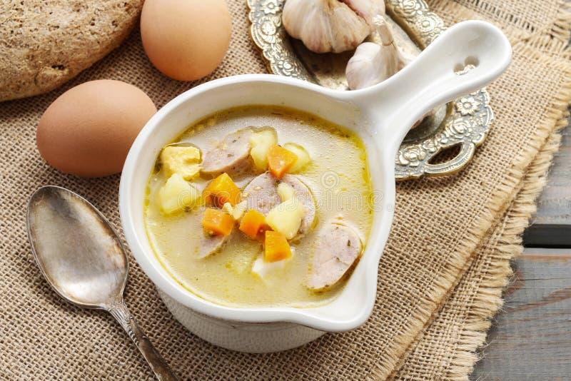 酸黑麦汤的部分由变酸的黑麦面粉和肉制成 库存照片