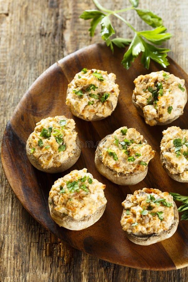 酿蘑菇用烟肉和乳脂干酪 免版税库存图片