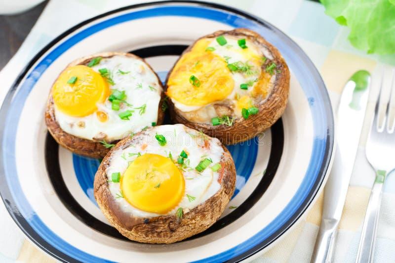 酿蘑菇用鸡蛋 图库摄影