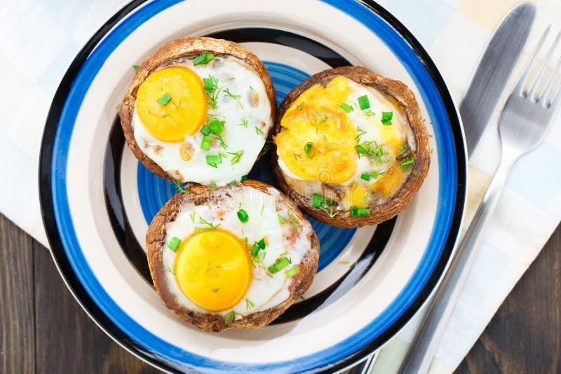 酿蘑菇用鸡蛋 免版税库存图片