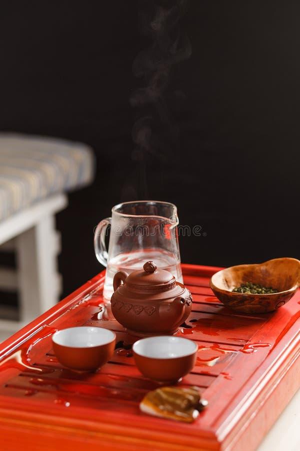 酿造在茶道的茶的过程 免版税库存图片
