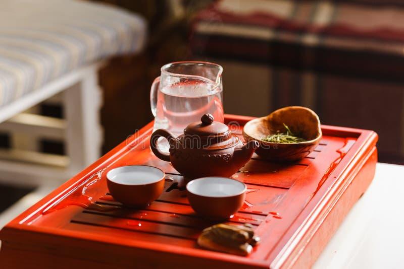 酿造在茶道的茶的过程 免版税库存照片