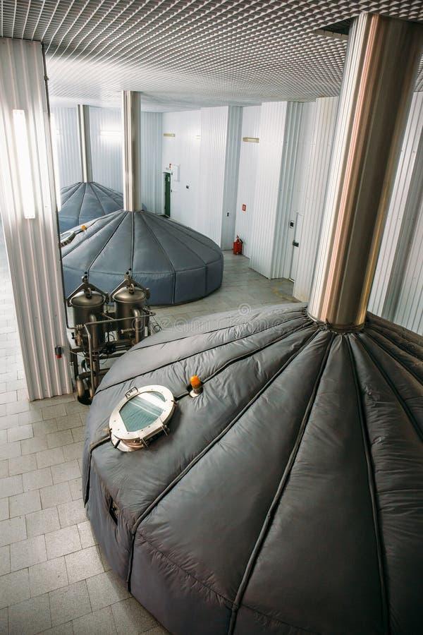 酿造生产,在现代啤酒工厂的饲料大桶 库存图片