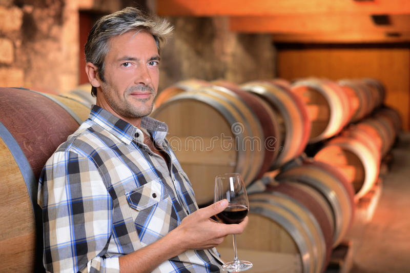酿酒商饮用的酒 免版税库存照片