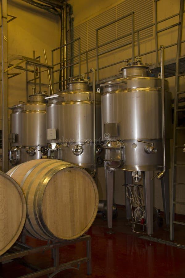 酿酒大桶和设备在酿酒厂游览  免版税库存照片