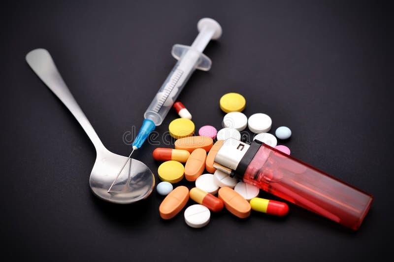 麻醉药片和注射器 库存照片