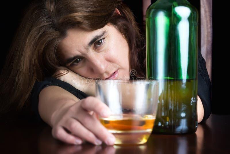 醉酒和沮丧的孤独的妇女 免版税图库摄影