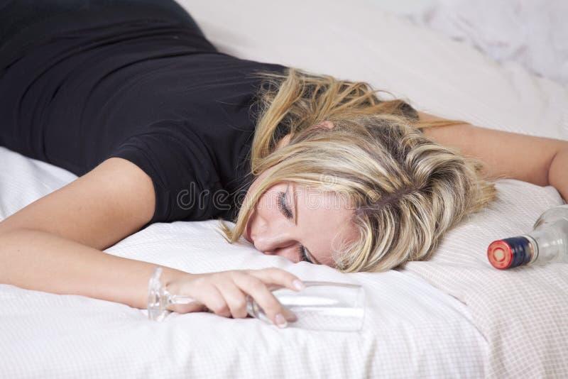 醉酒妇女睡觉 免版税库存图片