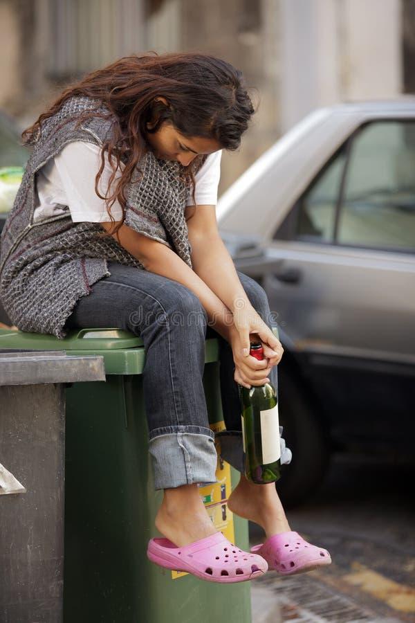醉酒的无家可归的哀伤的妇女 图库摄影