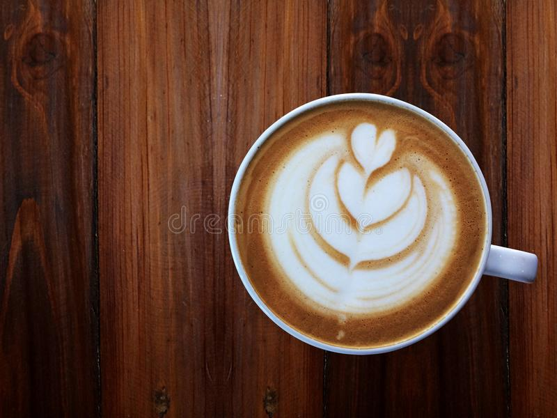 醒和充分的积土能量,杯爱,心脏拿铁艺术咖啡 免版税库存照片