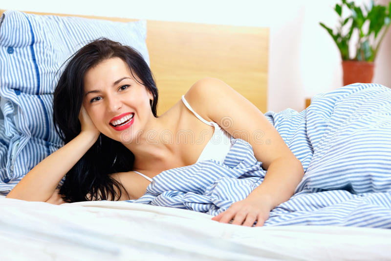 醒在好心情的愉快的妇女 库存照片