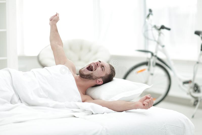 醒在星期日早晨的商人 免版税库存图片