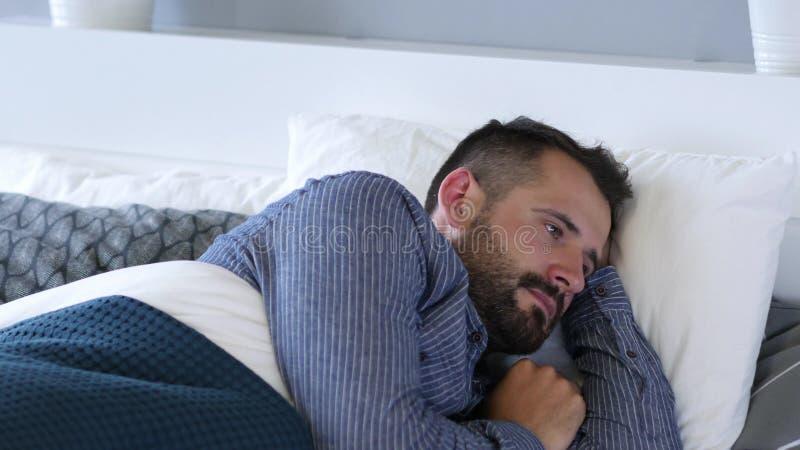 醒在震动的人由恶梦 免版税图库摄影