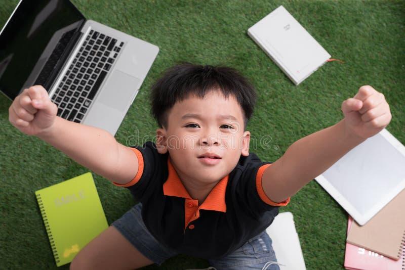 醒来自然的小男孩 免版税库存图片