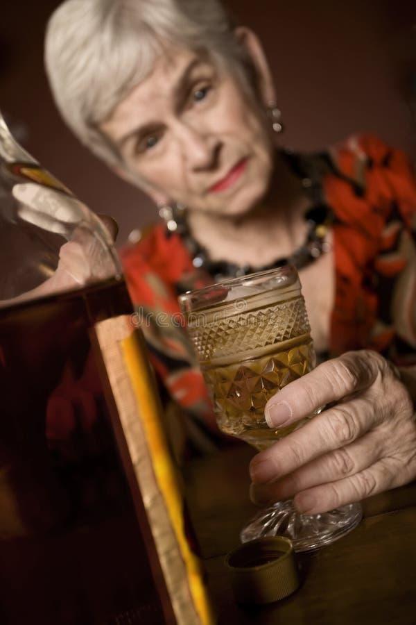 醺酒的eldery妇女 免版税库存图片