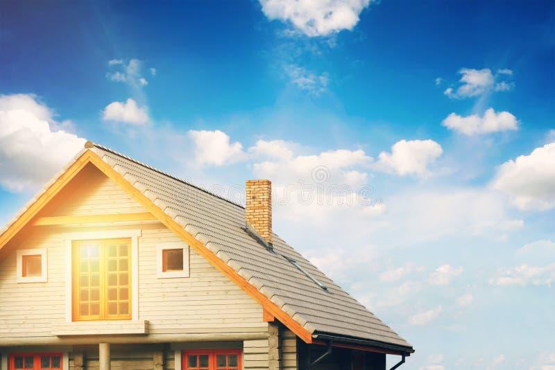 采伐有灰色瓦屋顶的小屋反对蓝天 免版税库存照片