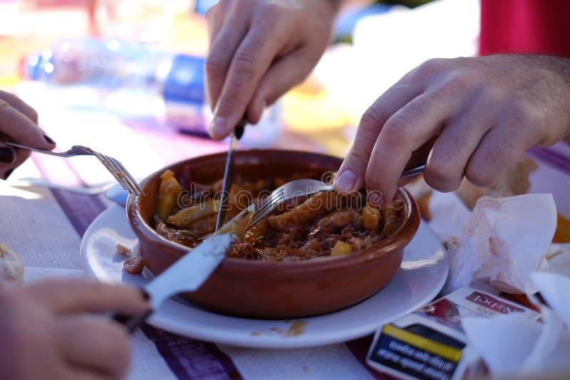 采取'塔帕纤维布'塞维利亚的吃饭的客人 库存照片