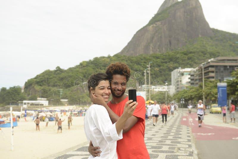 采取一张自画象的旅游夫妇在里约热内卢 免版税库存照片