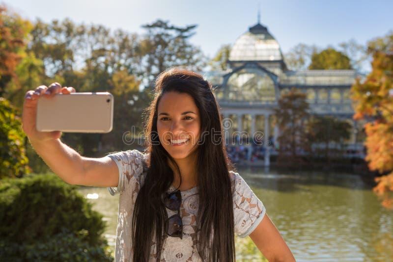 采取一selfie的少妇在Retiro公园,马德里 免版税图库摄影