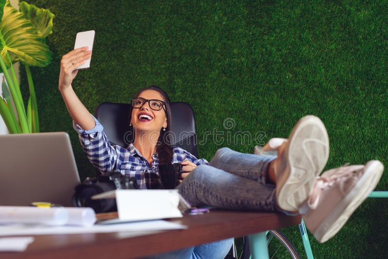 采取一selfie的年轻工程师在办公室 - 图象 免版税图库摄影