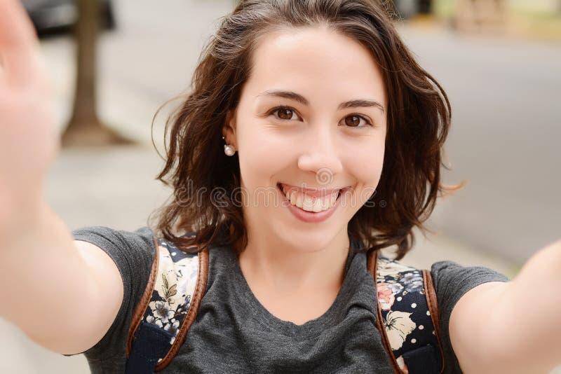采取一selfie的年轻拉丁妇女在公园 库存图片