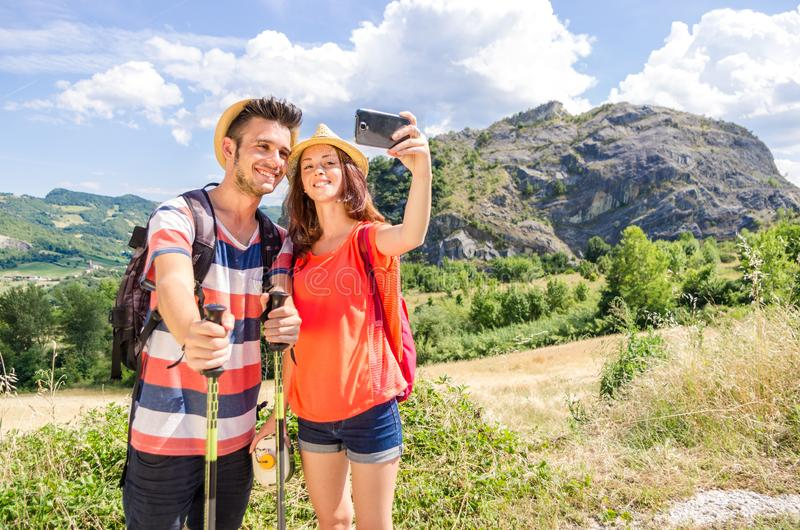 采取一selfie的徒步旅行者爱的夫妇在度假 免版税库存照片
