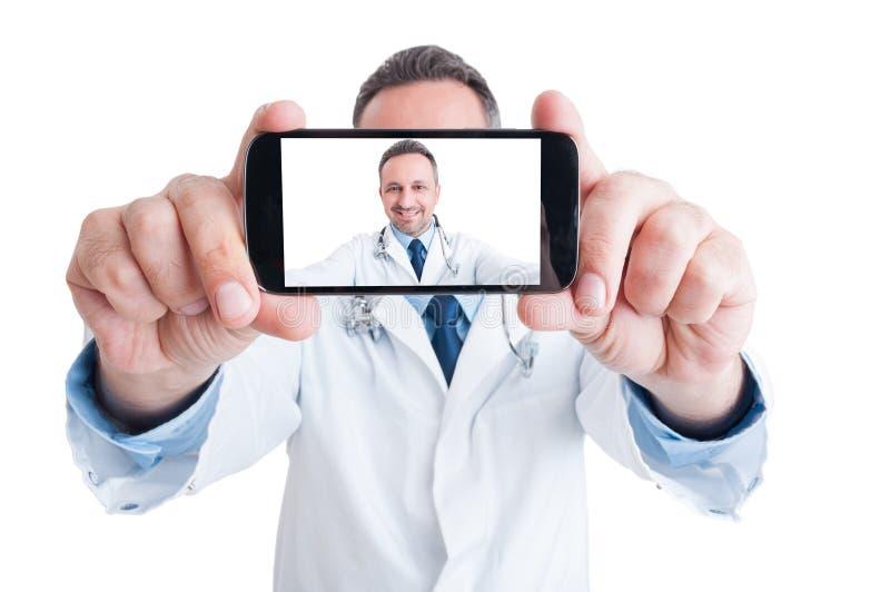 采取与后面照相机的英俊的医生或军医一selfie 免版税图库摄影