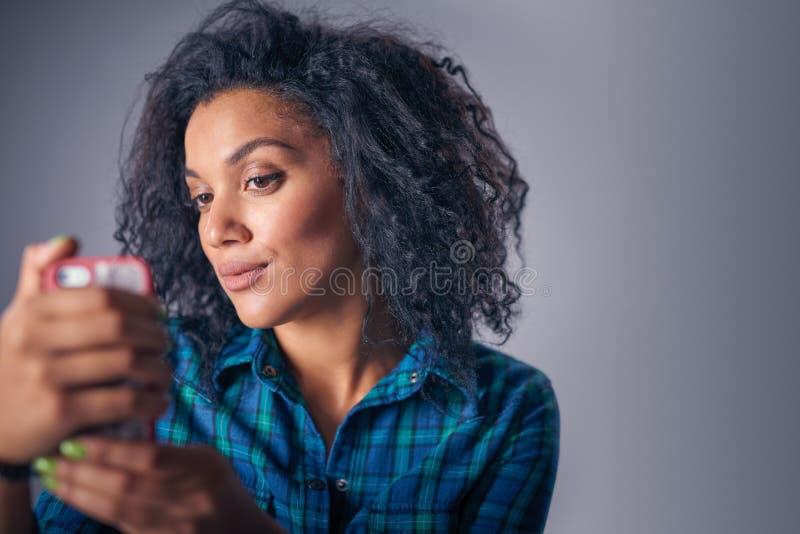 采取与巧妙的电话的妇女自画象 库存照片