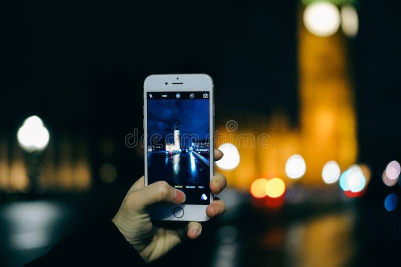 采取与巧妙的电话的照片 库存照片