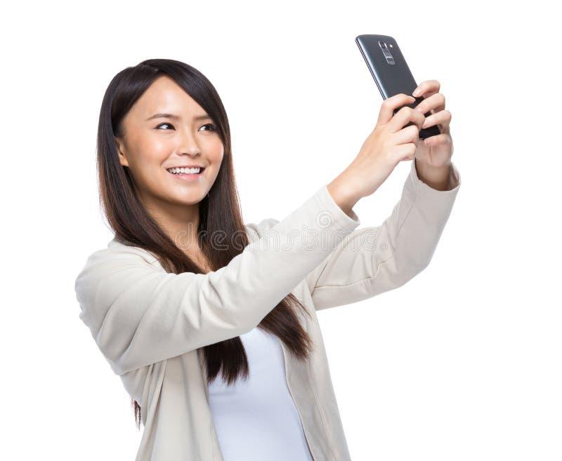 采取与手机的亚洲少妇selfie 库存照片