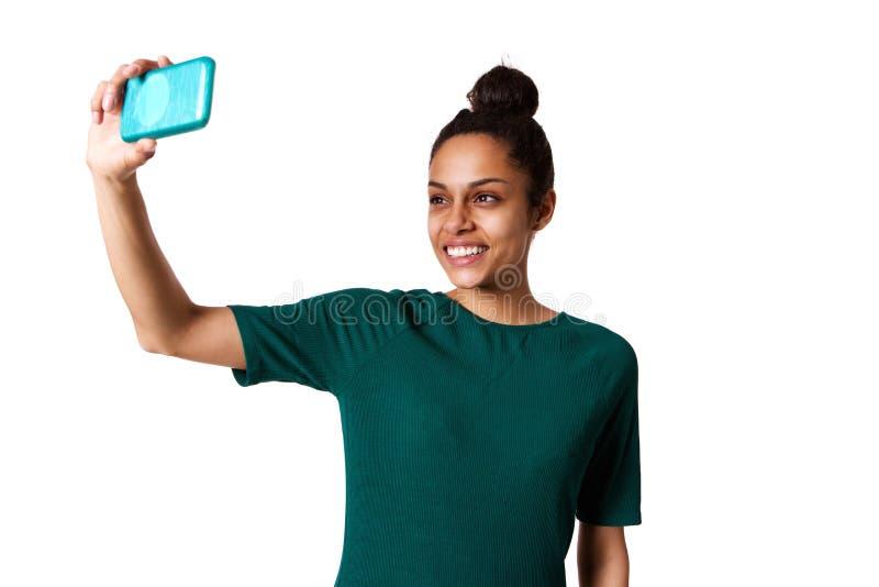 采取与手机的微笑的少妇selfie 免版税库存图片