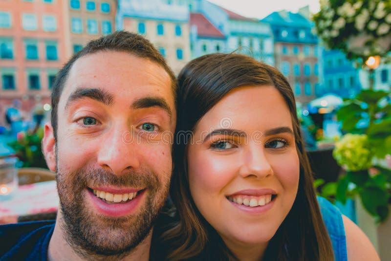 采取与智能手机或照相机的愉快的年轻夫妇一selfie我 免版税库存图片