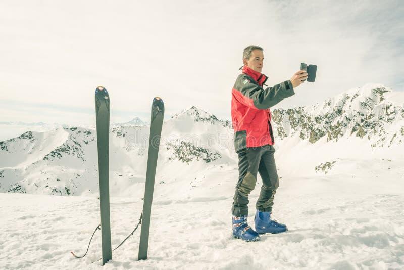 采取与智能手机的登山家selfie 免版税图库摄影