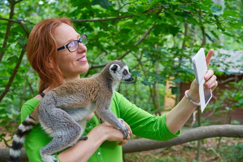 采取与环纹尾的狐猴的妇女照片selfie 图库摄影